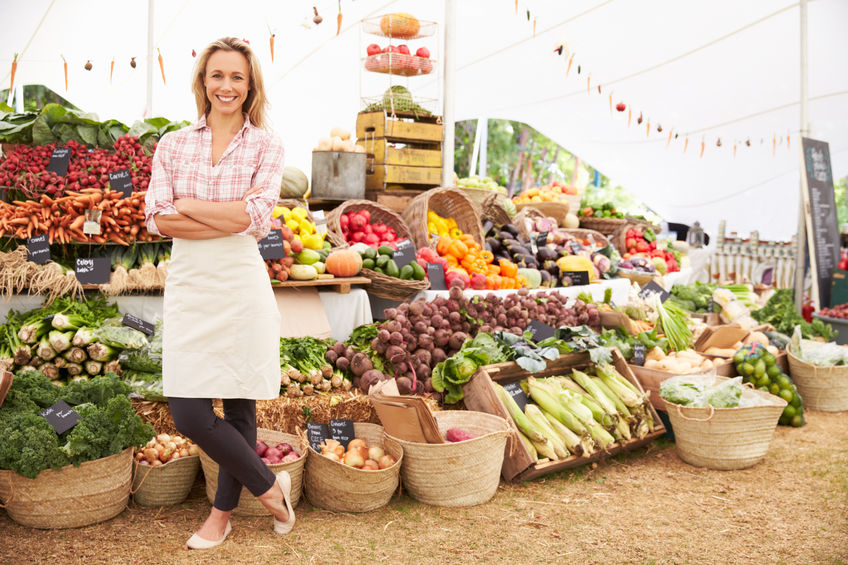 Kvinna säljer grönsaker